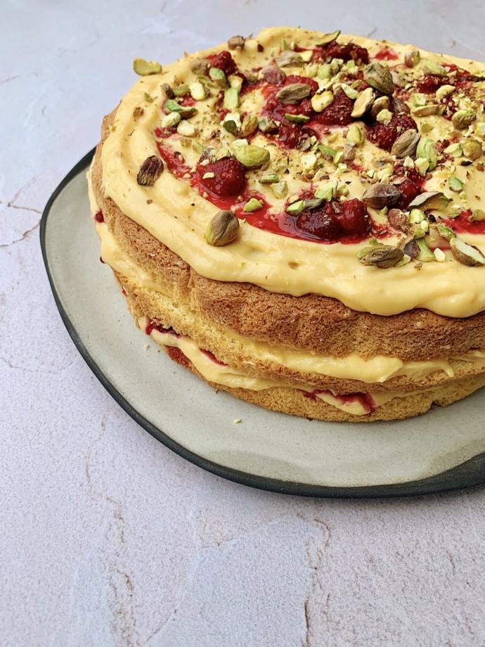žuta torta sa malinma gourmana